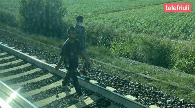 Treni fermi perché i clandestini devono entrare in Italia sui binari: e deridono i passeggeri – FOTO