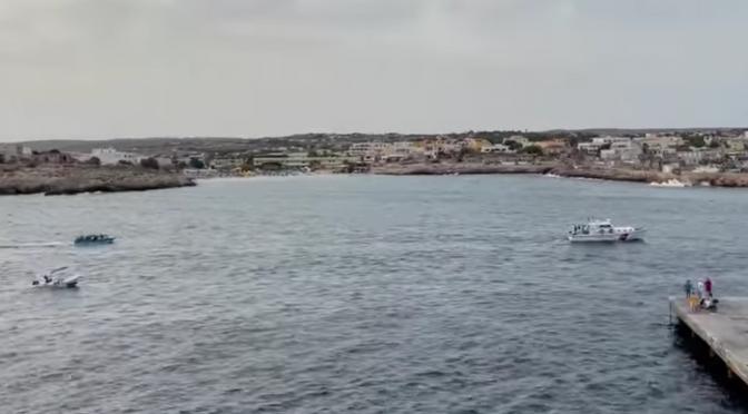 Scafismo di Stato: scortano a Lampedusa barconi carichi di clandestini – VIDEO CHOC