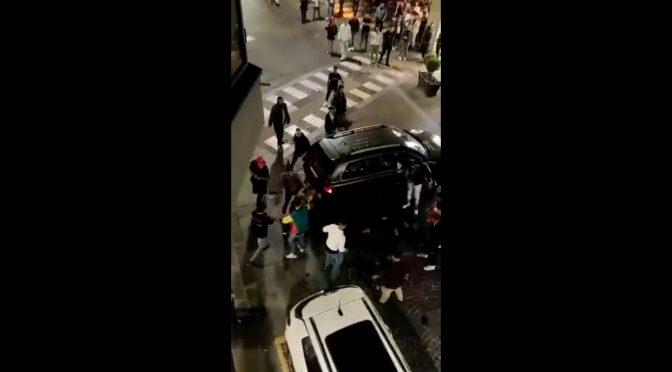 Città italiane fuori controllo: branco circonda auto, occupanti trascinati fuori e pestaggio selvaggio – VIDEO