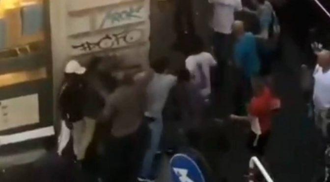 """Immigrati cacciano i turisti: """"Questa è zona nostra"""" – VIDEO"""