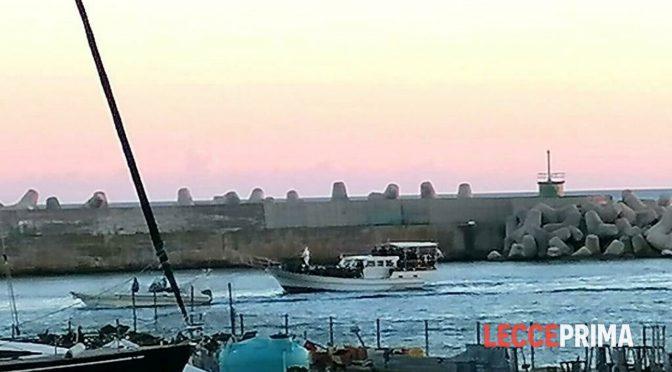 INVASIONE ISLAMICA: MILITARI SCORTANO 115 CLANDESTINI IN PUGLIA, TUTTI MASCHI – FOTO