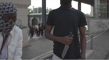 Immigrati armati di coltello: così minacciano gli italiani e la polizia – VIDEO