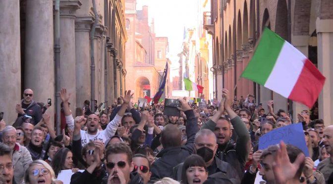 """Bologna è 'fascista', migliaia in marcia: """"DRAGHI VAFFANCULO"""" – VIDEO"""