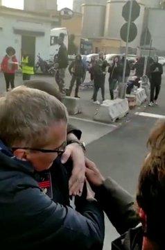 GENOVA, PORTO BLOCCATO: POLIZIOTTI RIBELLI PORTANO COLAZIONE AI RIVOLTOSI – VIDEO