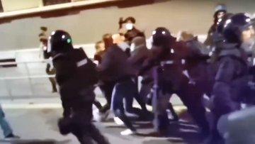 """Brutale arresto a Milano durante manifestazioni: """"Pressione sulla carotide"""" – VIDEO"""