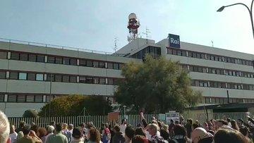 "Migliaia 'fascisti' assediano sede Rai a Bologna: ""Venduti"" – VIDEO"