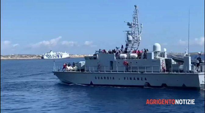 Ne sbarcano 1.000 e motovedette lanciano fiori ai clandestini: è scafismo di Stato – VIDEO