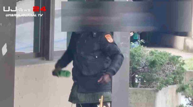 """Nigeriano occupa e defeca ovunque: """"Questa è casa mia"""" – VIDEO"""