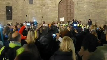 Trieste, la rivolta si estende: tutti in piazza a Firenze – VIDEO