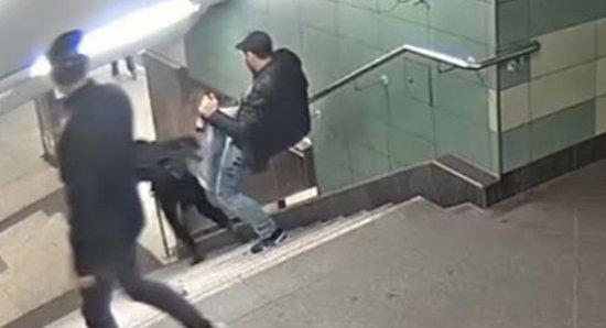 Massacrata a pugni e spinta giù dalle scale: italiana gravissima dopo pestaggio a stazione