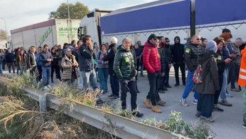 Ravenna, la rivolta monta: cittadini in marcia verso il porto – VIDEO