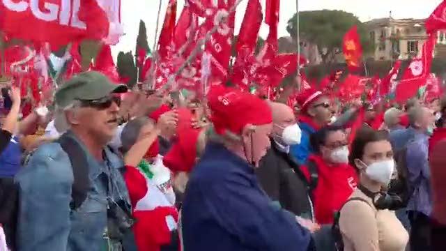 """Cgil in piazza: """"Bruciare i fascisti"""""""