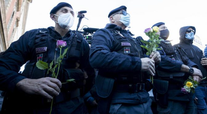 """""""Noi siamo il popolo"""", rose ai poliziotti che coi blindati impediscono di manifestare"""