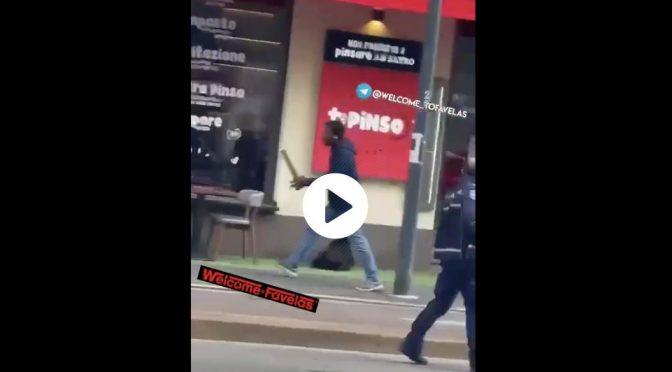 Africano armato di spranga a caccia di italiani – VIDEO