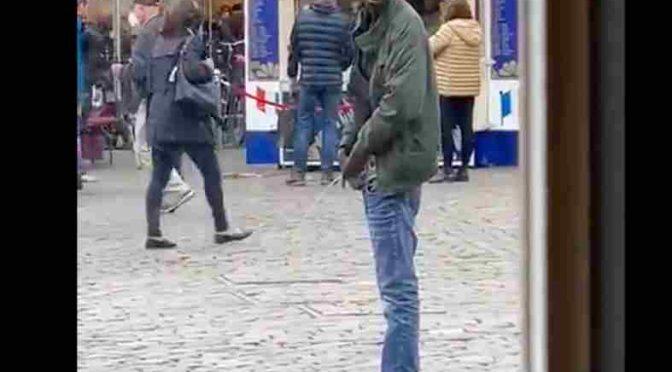 Piscia in mezzo alla piazza: per loro è normale – VIDEO