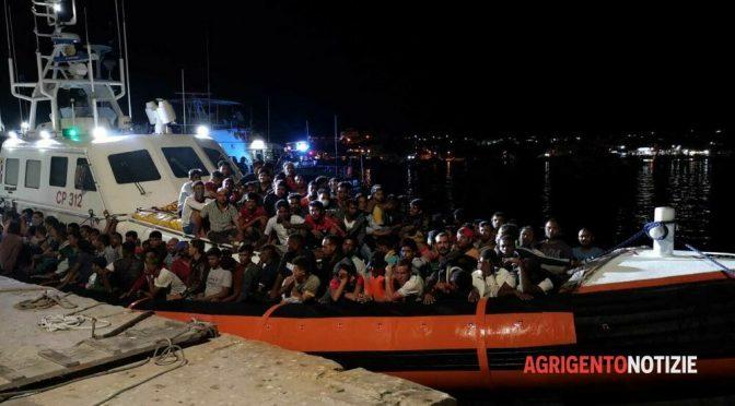 Ondata di sbarchi a Lampedusa, l'hotspot e' in tilt – VIDEO