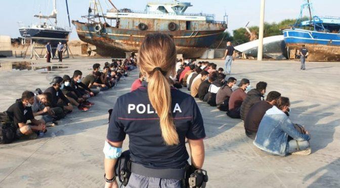Ong straniere con 400 clandestini verso l'Italia: Stato scafista
