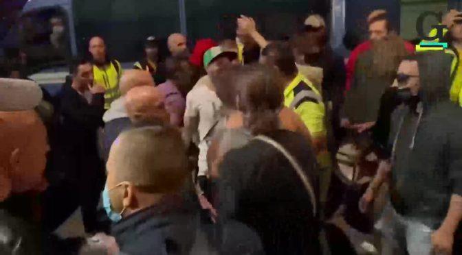 Trentamila italiani marciano su Trieste, i poliziotti tolgono il casco: sede RAI circondata – VIDEO