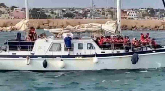 Trafficanti tedeschi scaricano 40 clandestini a Lampedusa col permesso di Lamorgese – VIDEO